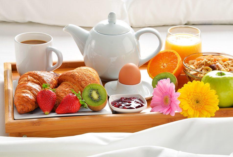 tapeta-pyszne-sniadanie-na-tacy